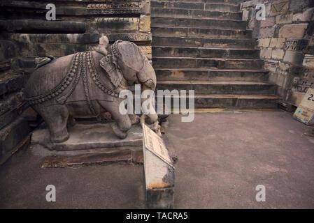 SSK - 557 una escultura de un elefante se coloca delante de un templo antiguo, nombrado como el templo Visvanatha Khajuraho, Madhya Pradesh, India Asia el 13 de diciembre de 2014 Imagen De Stock