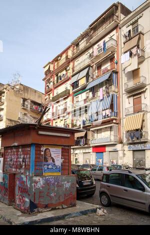 Edificio de apartamentos al lado de la Piazza Mercato, Nápoles, Italia Imagen De Stock