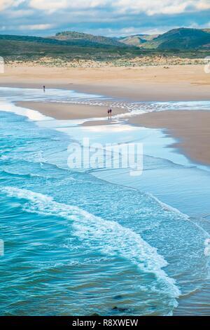 Portugal, Algarve, Suroeste Alentejano y el Parque Natural de Costa Vicentina, Carrapateira en la Rota Vicentina Hiking Trail, la playa de Bordeira Imagen De Stock
