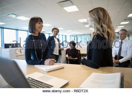 Hablando de empresarias en reunión de oficina Imagen De Stock