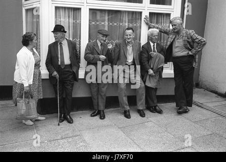 Grupo de amigos hombres amistad vida aldeana Uk 1970 Holsworthy Devon, Inglaterra 1975 hombres en la bella doncella Imagen De Stock