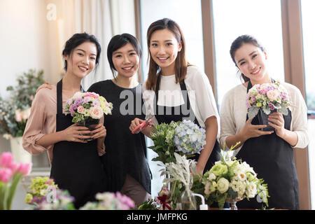 Las mujeres jóvenes arreglo floral de aprendizaje Imagen De Stock