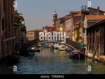 Puente sobre el canal, en el casco antiguo de la ciudad, la región del Veneto, Venecia, Italia Imagen De Stock