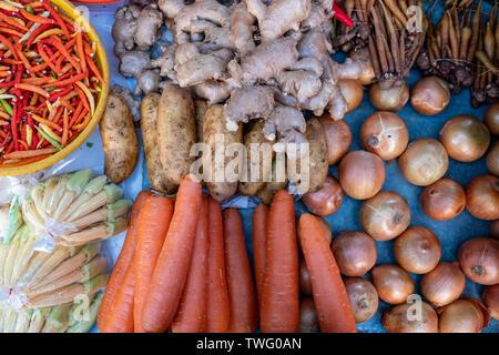 Vista aérea de la cebolla, la zanahoria, la patata, jengibre y chile en un mercado, Tailandia Imagen De Stock