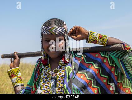 Retrato de una mujer con una tribu issa abalorios collar, la región de Afar, Gewane, Etiopía Imagen De Stock
