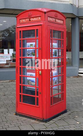 La novedad del teléfono rojo británico caja utilizada como agentes inmobiliarios mostrar Imagen De Stock