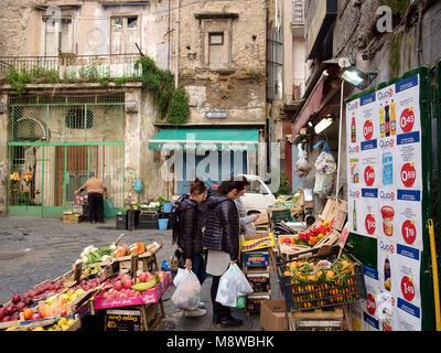Un verdulero de la tienda en Via Giacomo Savarese y Via Sopramuro, Nápoles Imagen De Stock