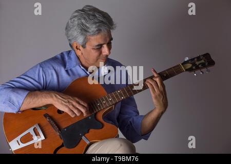 Altos hombre tocando la guitarra Imagen De Stock