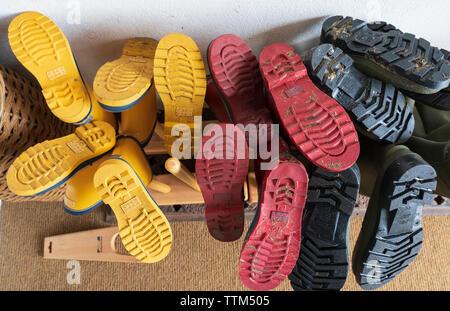 Muchas botas Wellington en un rack Imagen De Stock