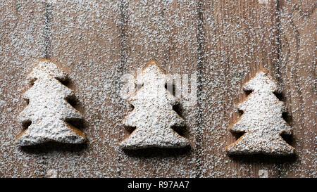 Árbol de Navidad galletas de jengibre espolvoreado con azúcar en polvo. Imagen De Stock