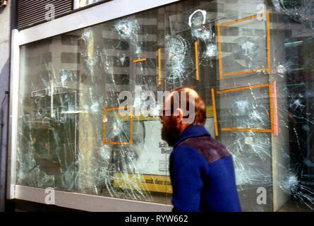 Hay una ventana rota en el distrito Kreuzberg, el distrito más pobre de Berlín occidental. 1984 Imagen De Stock