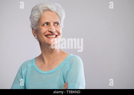 Retrato de seguros altos mujer sonriendo Imagen De Stock