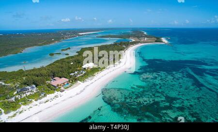 Vista aérea de la larga playa de arena, en el sur de Eleuthera, en las Bahamas Imagen De Stock