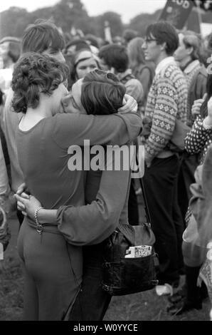 El Gay Liberation Front, movimiento de liberación gay se manifestaron contra el Festival Nacional de la luz. Dos mujeres lesbianas en un abrazo, besar besar como un acto de desafío contra el Festival de la luz el rallye en Hyde Park, Londres, septiembre de 1971 Festival de la luz era un movimiento de protesta de Cristianos contra el inglés llamado sociedad permisiva London UK 1970 UK HOMER SYKES Imagen De Stock