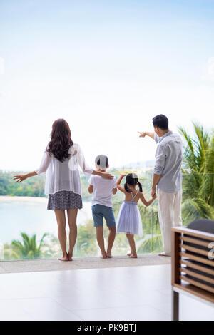 Feliz joven familia en vacaciones Imagen De Stock
