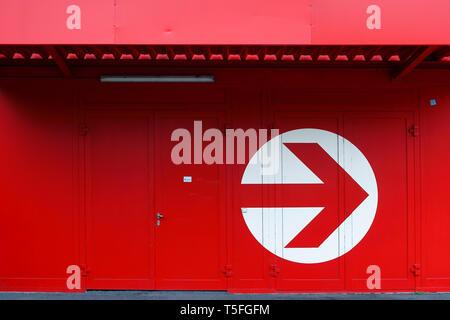 La fotografía de una fachada con una gran flecha circular. Imagen De Stock
