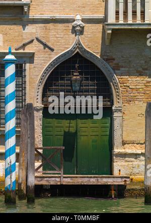 Antigua puerta sobre el Canal de Panamá, la región del Veneto, Venecia, Italia Imagen De Stock