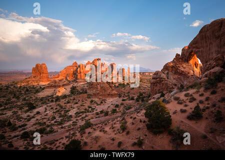 Formaciones rocosas de arenisca al atardecer, la sección Windows, Parque Nacional Arches, en Utah, Estados Unidos Imagen De Stock