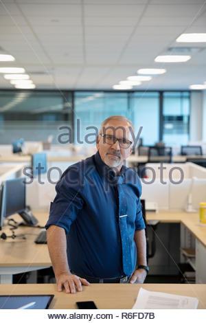 Retrato seguros altos empresario de oficina Imagen De Stock