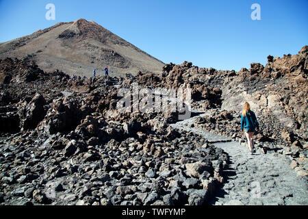 Tres personas caminando por la senda, Teide, Tenerife, Islas Canarias, España Imagen De Stock
