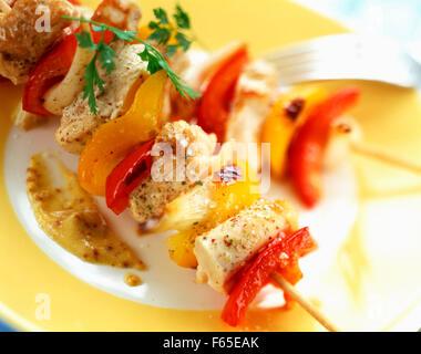 Y pimienta kebabs de pollo con mostaza Imagen De Stock
