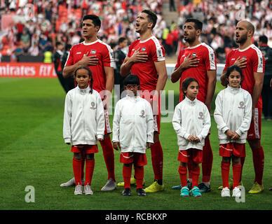 Enero 15, 2019 : chicas con el equipo de Palestina durante el himno nacional en Palestina v Jordania en el estadio Mohammed Bin Zayed, en Abu Dhabi, Emiratos Árabes Unidos, AFC Copa Asiática, campeonato de fútbol asiático. Ulrik Pedersen/CSM. Imagen De Stock
