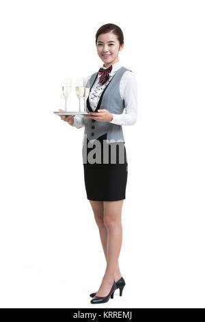 Camarera sonriente en el hotel que sirven champán Imagen De Stock