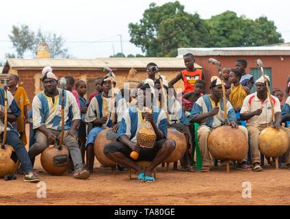 Músicos africanos jugando Boloye koras durante la danza de la pantera hombre, distrito, Waraniene Savanes, Costa de Marfil Imagen De Stock