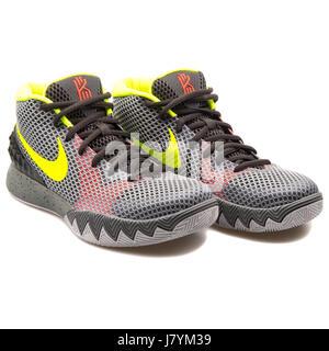 dbbb292c2971a Nike Kyrie 1 hombres gris zapatillas de baloncesto - 705277-270 Foto    Imagen De Stock  142594013 - Alamy