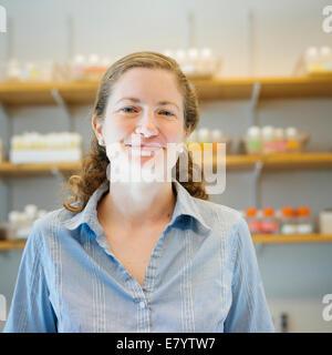 Retrato de mediados de mujer adulta en laboratorio Imagen De Stock