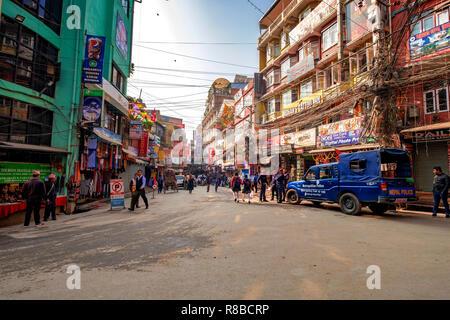 Katmandú, Nepal, 18 de noviembre de 2018 - Crowdy calle comercial con una patrulla de la policía en el distrito de Thamel, Katmandú, Nepal. Imagen De Stock