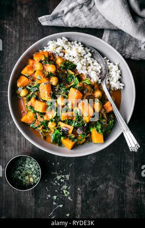 La batata, garbanzo, y Kale Curry Imagen De Stock