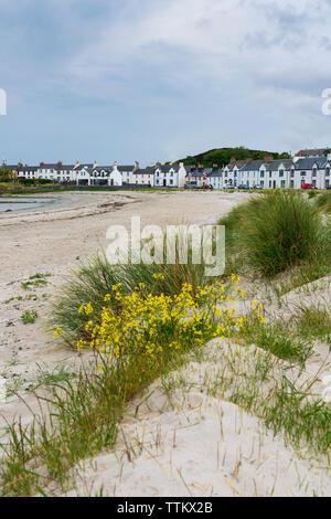 Vista de la playa y casas encaladas en Port Ellen de Islay en el interior de islas Hébridas, Escocia, Reino Unido Imagen De Stock