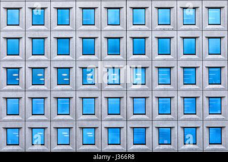 Una casa con ventanas azules Imagen De Stock