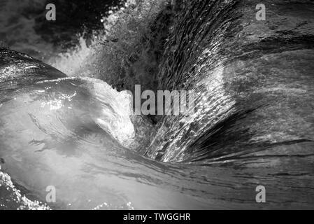 Hidromasaje con cascada natural tan tranquilo en fondo blanco y negro impresionante Imagen De Stock