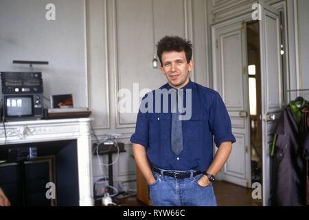 El modisto francés Jean-Paul Gaultier posando en su showroom ubicado en el 4º arrondissement de París. 1984 Imagen De Stock