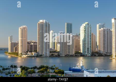 Brickell Key o Claughton Island Condominio Torres en una isla artificial fuera del continente, Miami, Florida, USA. Imagen De Stock