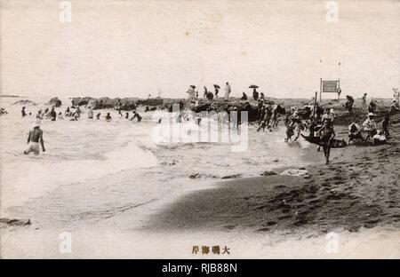 La gente en la playa Oiso, Shonan, cerca de Tokyo, un popular seaside resort de salud y el lugar de nacimiento de beachgoing en Japón. Imagen De Stock