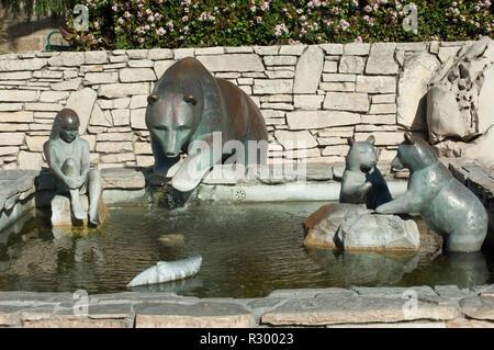 Chumash niño con osos y peces, una fuente en la misión de San Luis Obispo, California, esculpida por Paula Zima. Fotografía Digital. Imagen De Stock