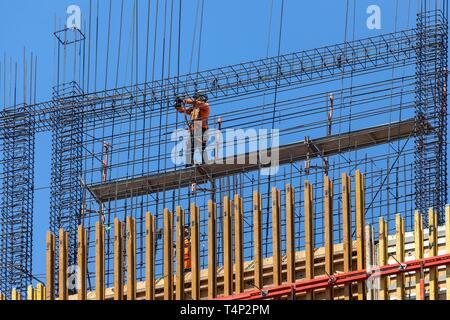 Trabajador de la construcción en los andamios de un edificio alto, San José, Provincia de San José, Costa Rica Imagen De Stock