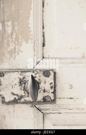 Antigua puerta de cierre. Pomo vintage rústico de madera desgastada en la entrada. Imagen De Stock