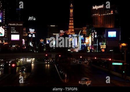El tráfico por carretera en Las Vegas Boulevard, o tira con una colección de lujosos hoteles y casinos en la noche en Las Vegas. Imagen De Stock