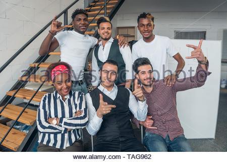 La amistad de los pueblos. Foto de grupo de los jóvenes sonriendo gente de diferentes nacionalidades. Imagen De Stock