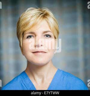 Retrato de doctor en scrubs Imagen De Stock