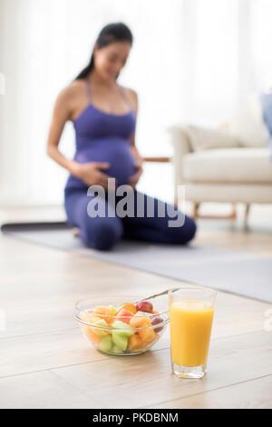 Jugo fresco y ensalada de frutas Imagen De Stock