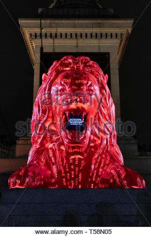 Estatua desde abajo con proyección. Por favor, alimentar a los Leones - Festival de diseño de Londres 2018, Londres, Reino Unido. Arquitecto: Es Devlin, 2018. Imagen De Stock