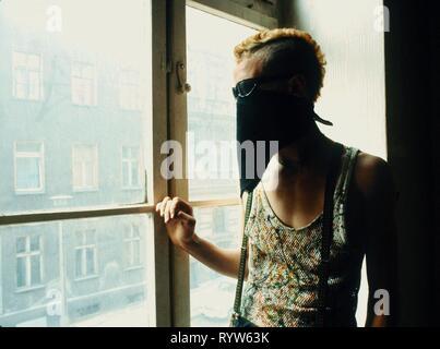 """Reportaje punks de Berlín Oriental: apartamento okupado por un grupo de punks en Berlín Oriental. Aquí, el joven punk apodado """"El Coronel"""". 1982 Imagen De Stock"""