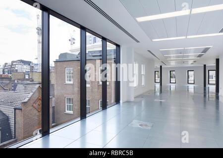 Sin amueblar el espacio de oficina en el piso superior. 8 Bloomsbury, Londres, Reino Unido. Arquitecto: Buckley gris Yeoman, 2017. Imagen De Stock