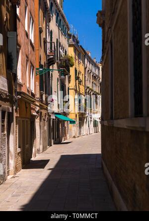Calle del casco antiguo de la ciudad, la región del Veneto, Venecia, Italia Imagen De Stock