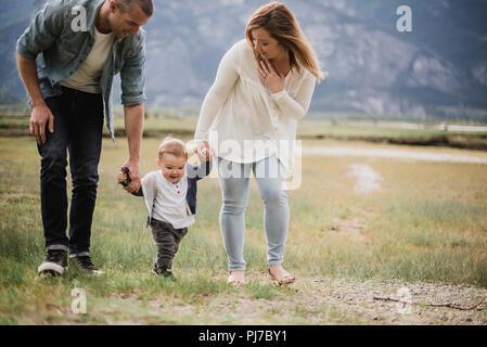 Los padres caminando con su hijo en el ámbito rural Imagen De Stock